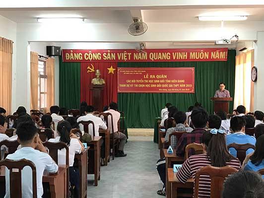 Thầy Phạm Ngọc Thiện - Hiệu trưởng phát biểu động viên các em