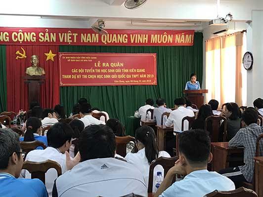 Học sinh Huỳnh Huế Nhi Nhi đại điện học sinh các đội tuyển phát biểu sự quyết tâm